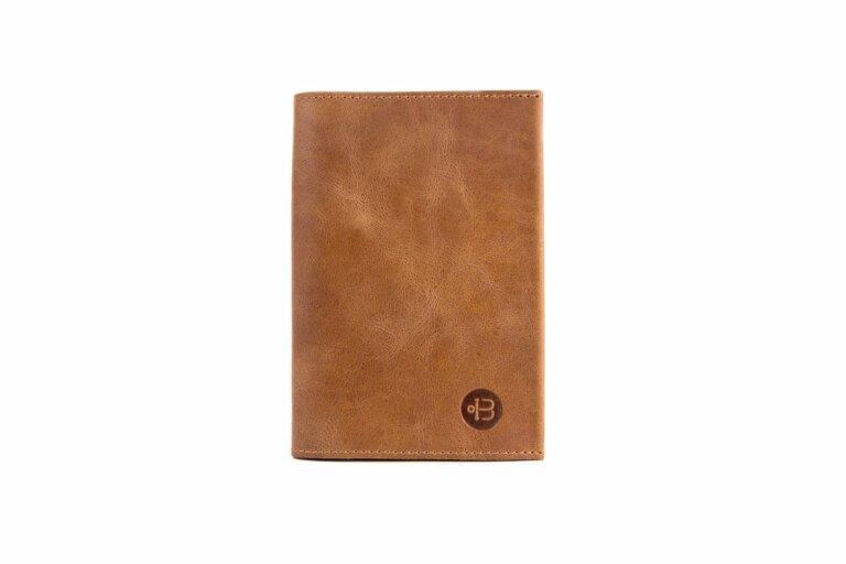 doker коричневая обложка на паспорт натуральной кожи украшена оригинальным тиснением в виде логотипа Верфь